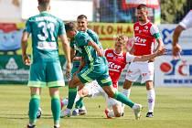 Fotbalové utkání Fortuna ligy mezi FK Pardubice (v červenobílém) a MFK Karviná ( v zeleném) na Městském stadionu Ďolíček v Praze.