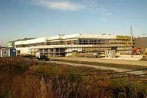 Hala společnosti Mölnlycke Health Care v Havířově je před dokončením.
