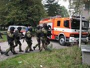 Cvičení policejního komanda a hasičů v havířovské nemocnici. Zásahovka se připravuje k vniknutí do objektu.