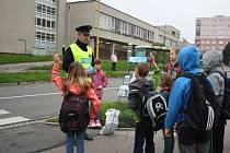 Policejní preventisté pomáhali dětem s přecházením silnice.