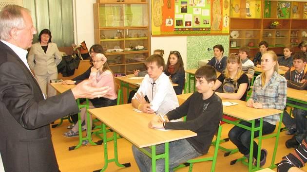 Osmáci ZŠ Mládežnická se mohli primátora Zdeňka Osmanczyka ptát na jakékoli dotazy.