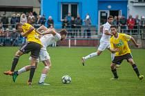 Derby v divizi dopadlo lépe pro karvinskou rezervu (ve žlutém), která loupila v Dětmarovicích.
