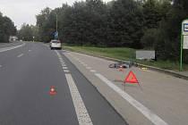 Místo dopravní nehody osobního auta s cyklistou.