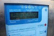 Parkovací automat ve Fibichově ulici v Havířově. Podle displeje se o víkendu neplatí.
