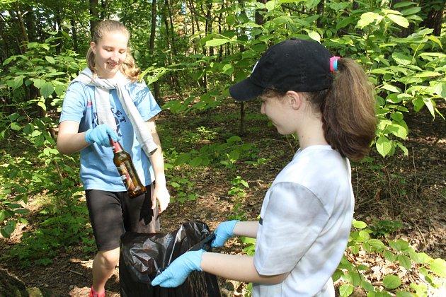 Žáci ZŠ Karoliny Světlé v Havířově-Podlesí uklízeli lesopark poblíž školy a účastnili se ekologické soutěže.
