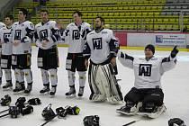 Havířovští hokejisté (v bílém) zvládli důležitou bitvu s Prostějovem.