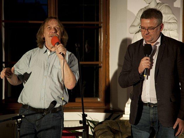 """Jaromír Nohavica a Artur Andrus, který zpívá polskou verzi písně """"Těšínská"""" se setkali na vernisáži v Těšíně."""