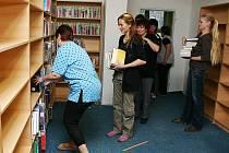 O víkendu přeskládali pracovníci K3 Bohumín tisíce knih do nové místnosti.