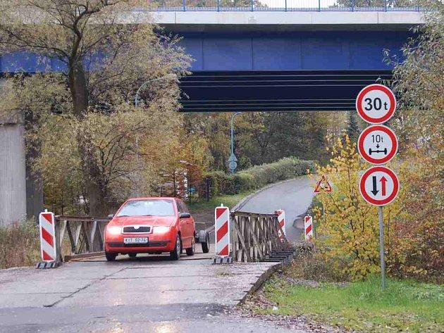 Kdy bude opraven mostek, po kterém jezdí auta k Antoníčku, zatím nikdo neví.