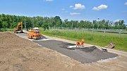 Nová odstavná plocha vyrostla u místní čističky odpadních vod, zhruba 500 metrů od jezera.