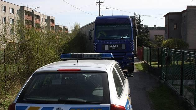 Jízda podle navigace se nevyplatila řidiči kamionu, kterého přístroj navedl do příliš úzké ulice.