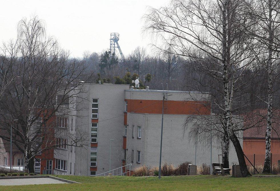 Petřvald. Pohled na bytový dům a těžní věž bývalého dolu Pokrok (J. Fučík)