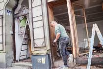 Památkáři rekonstruují i cenné secesní výkladce a dveře v činžovním domě z roku 1904.
