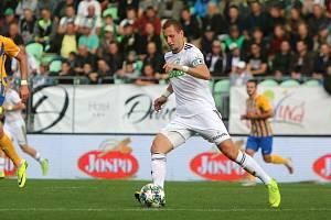 Milan Rundić hypnotizuje míč, aby skončil v opavské síti. Marně. Karviná doma opět nevyhrála.