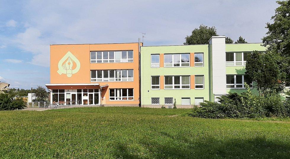 Prostřední Suchá. Sídliště, budova střední školy.