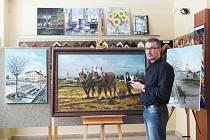 Malíř Libor Lepka před obrazem, který bude zdobit opravenou Něbrojovu kapli.