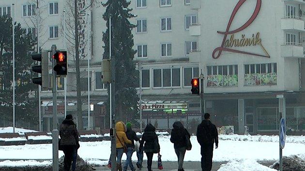 Chodci v křižovatce v centru Havířova