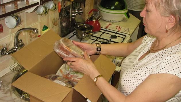 Příprava balíků stojí paní Josefu Kaniovou čas a peníze a Česká pošta pak balík nedokáže doručit.