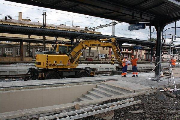 Nové zastřešení nástupišť na českotěšínském nádraží je očividně krátké.