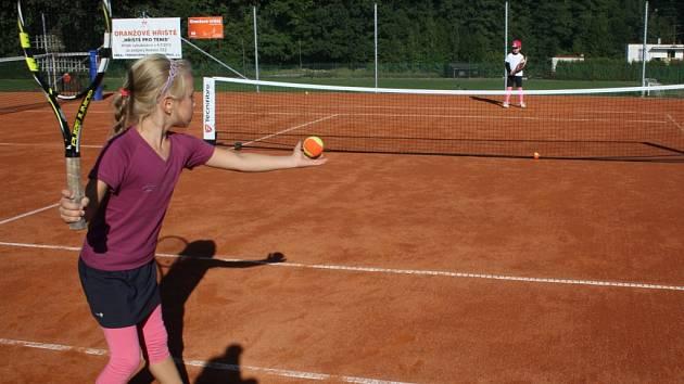 Nově opravený kurt si vyzkoušeli malí tenisté.