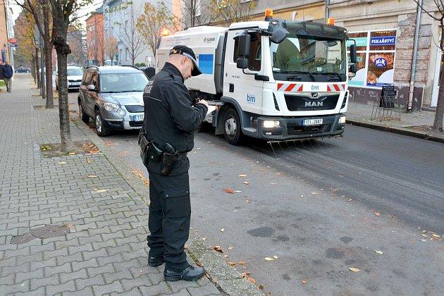 VBohumíně vúterý poprvé vyzkoušeli blokové čištění ulic od spadaného listí.