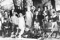 Studenti zemědělské školy v Chotěbuzi v mikulášských maskách na počátku 20. století.