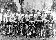 Rok 1965 a závodníci oddílu se seřadili před prvomájovým průvodem.