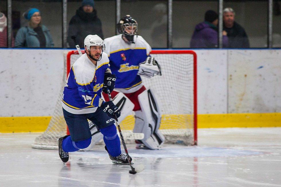 Orlovští hokejisté (v bílém) polehli doma Studénce 2:4.