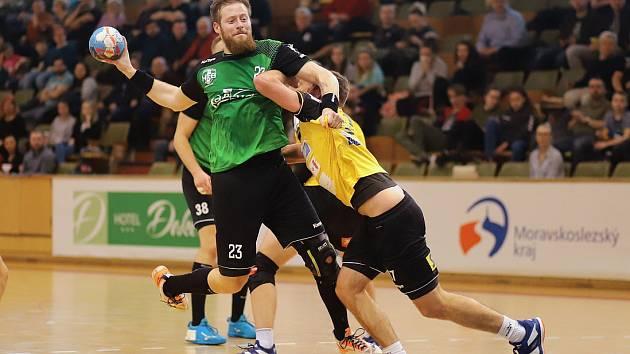 Karvinští házenkáři (v zeleném nejlepší střelec zápasu Jan Užek) rozcupovali Brno.