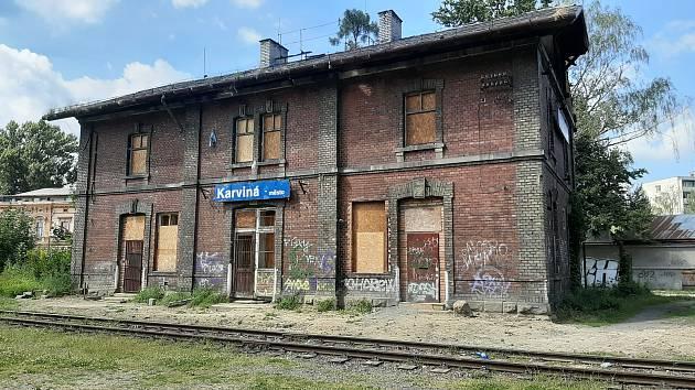 Budova fryštátského vlakového nádraží možná půjde k zemi Majiteli se nedaří ji prodat.