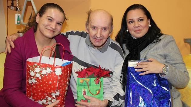 Šťastné chvíle při předávání dárků Ježíškových vnoučat v Novém domově pro seniory v Karviné.