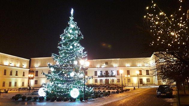 V Karviné v neděli v podvečer slavnostně rozsvítili vánoční strom.