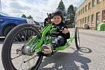Desetiletý Alexander Široký trpí vzácnou vadou a nemůže chodit. Díky sbírce mu mohli rodiče koupit kolo, které rozpohybuje rukama.