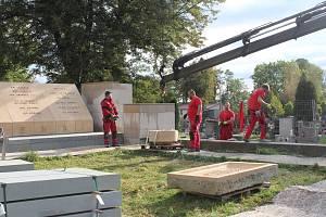 Na orlovském hřbitově, kde pokračuje rekonstrukce pomníku obětem sedmidenní války v roce 1919, vložili v pondělí představitelé města, Muzea Těšínska a legionářů schránku, ve které jsou dokumenty a obrázky přibližující dnešní život v Orlové.