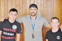Trenér Jaroslav Kubíček (uprostřed) se svými dvěma talentovanými svěřenci. Vlevo David Polák, vpravo Denis Porubský.