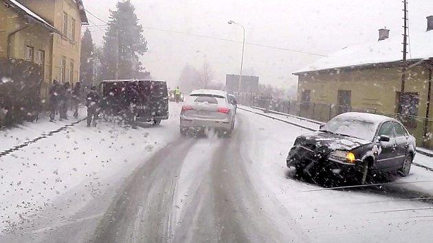 Středeční nehody na zasněžených silnicích v MSK