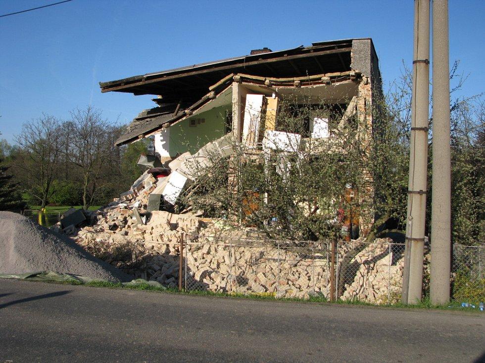 Část domu se zřítila.
