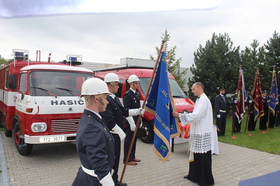 Hasiči z Horního Žukova slaví letos 120 let existence. Při té příležitosti jim farář posvětil nový prapor.