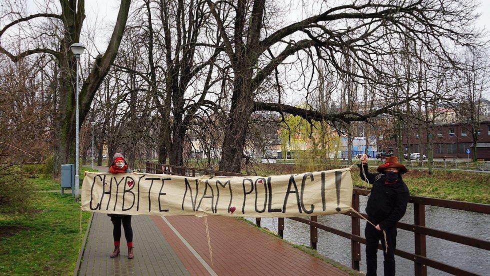 Obyvatelé Těšína, Češi a Poláci, si přes hranici posílají dojemné vzkazy.