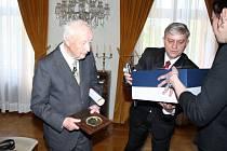 Na fryštátském zámku předal v neděli primátor města Tomáš Hanzel při příležitosti 70. výroční osvobození města pamětní medaile zastupitelstva města sedmi účastníkům II. světové války. Pouze jeden si ji převzal osobně.