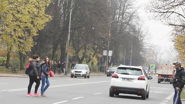 Přecházení mimo přechody je ve frekventované Havířské ulici zcela běžné.