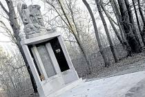 Památník poblíž silnice na Ostravu připomíná 272 karvinských obětí 1. světové války.