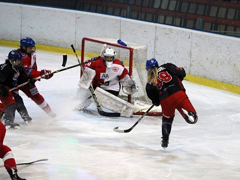 Hokejistky Karviné (v černém) proti Slavii Praha.