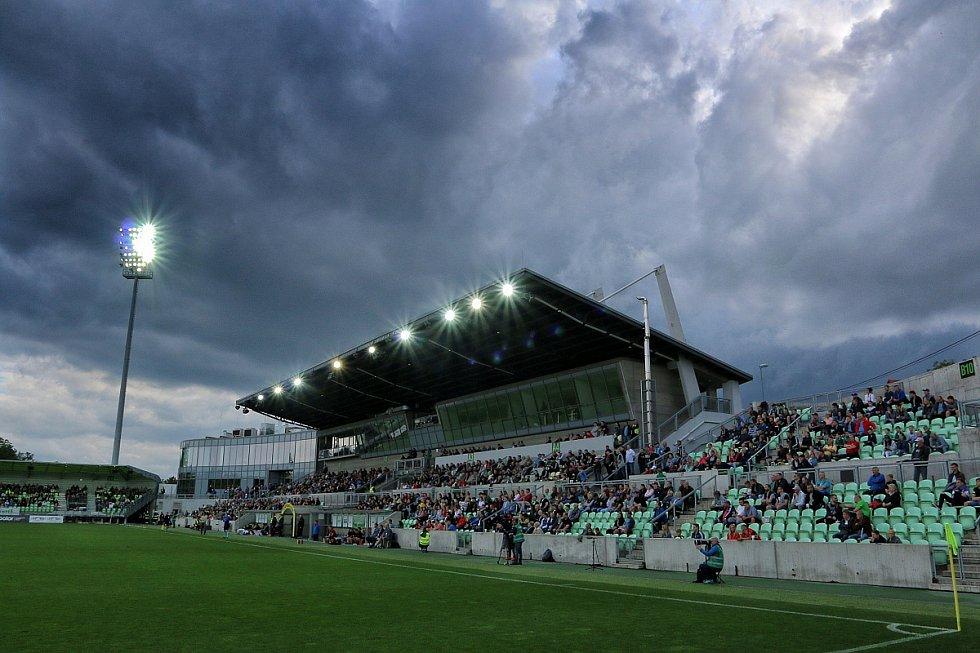 Karvinští fotbalisté (v bílém) hráli první zápas baráže s Jihlavou doma.