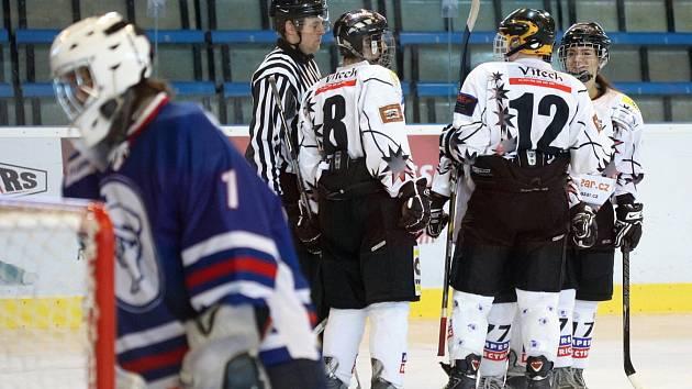 Hokejistky Karviné (v bílém) se radují z úvodní výhry nad Kladnem.