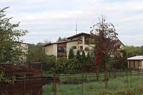 Dům v Dolní Lutyni, kde se ve středu večer střílelo.