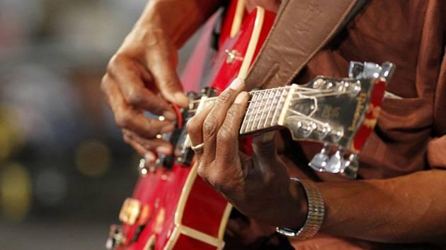 Kytara bude v hlavní roli koncertu v karvinské knihovně. Ilustrační foto.