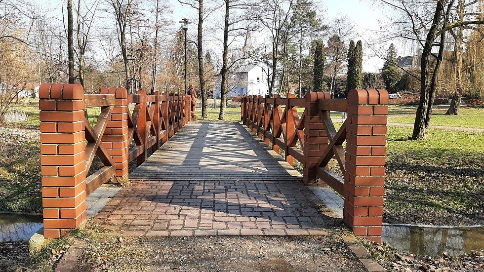 Horní Suchá. Mostek přes potok v parku v centru obce.