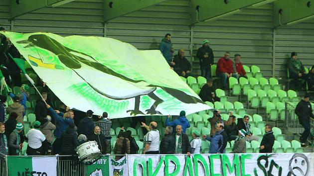 Karvinští fandové s transparentem straky.