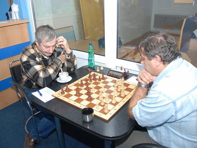 Josef Lys na snímku vlevo v kárované košili rozhodl o vítězství Karviné, když na osmé šachovnici porazil Martina Beila (Kroměříž).